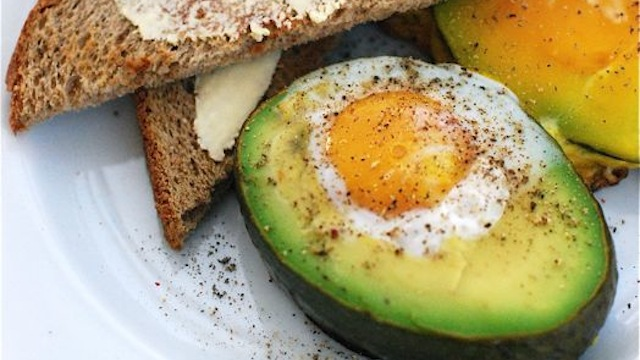 Baked-Egg-in-Avocado